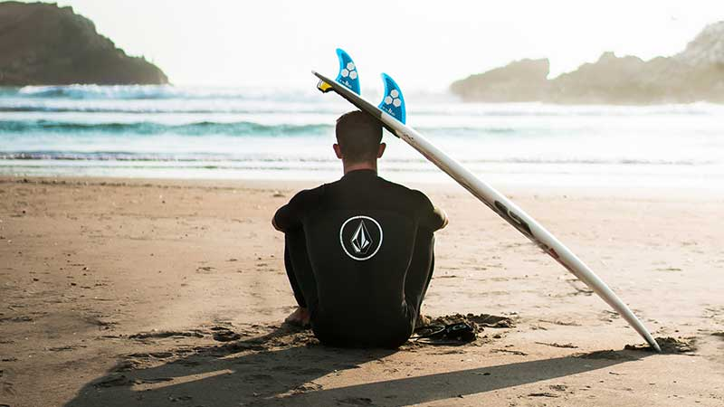 man surfing affiliate programs